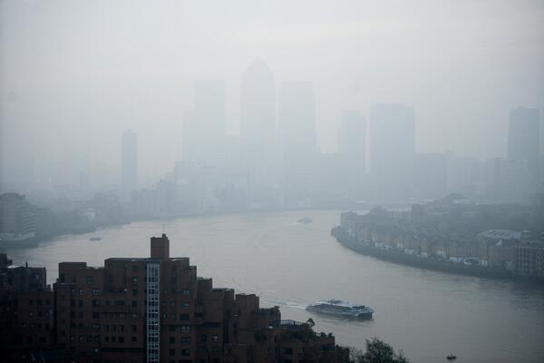 Schoolchildren kept indoors so they won't breathe in toxic smog plaguing London http://t.co/6CxkoprmH9 http://t.co/bsrGDGkRqU