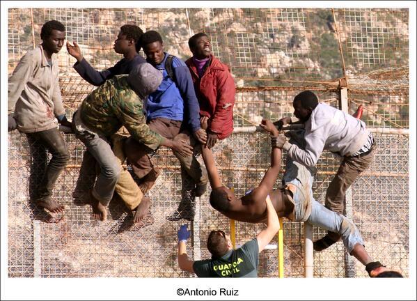 En imágenes, #Melilla, encaramados a la valla, vía @el_pais http://t.co/lx7hfYUwXA http://t.co/JXhHWLGx3m