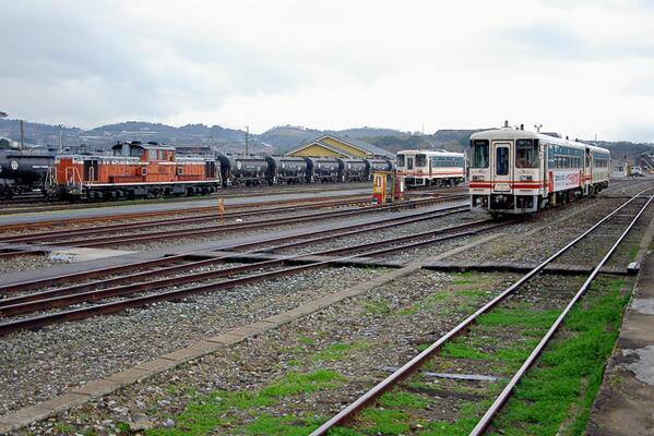 三井セメント専用線からの貨物用のDD51が停車していた頃の平成筑豊鉄道金田駅。一部の鉄ちゃんの間では,「カナダへ行く」というのは,ここへ来ることだった(2004年3月1日撮影)… pic.twitter.com/pcbNc7HBzu