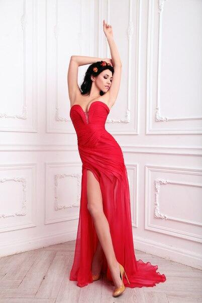 Брюнетка в красном платье фото 348-208