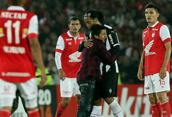 Atletico MGs Ronaldinho was hugged by a Colombian pitch invader during a Copa Libertadores match [Video]
