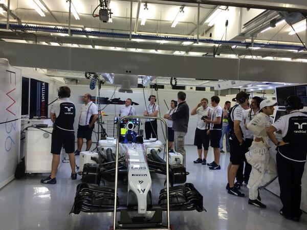 En el garaje, los ...