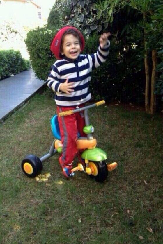 LÜTFEN RT:Pamir 4 yaşında. zekeriyaköy'de saat 11'den beri kayıp. üzerinde kırmızı tulum var.irtibat 05323621226 http://t.co/GIUWwK7ptS