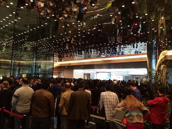 Halen yüzlerce kişi Apple Store'a girebilmek için sıra bekliyor... http://t.co/13ltcG8I51