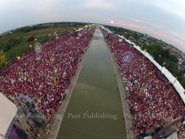 Our drone specialist Sitthikorn   Wongwudthianun made it to red rally for late afternoon shot. Hard to estimate. http://t.co/AniYQA31KL