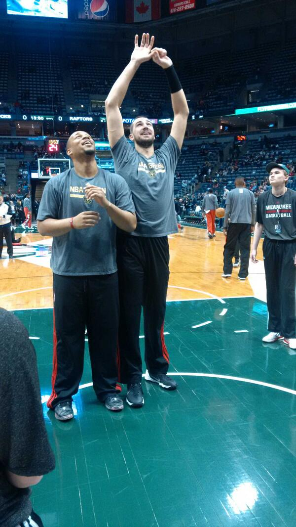 Hayes and Valanciunas having a fun pre game rebounding 'competition'. #rtz #raptors #bucks http://t.co/2gI6WPziFF
