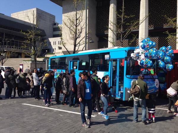 오늘 세종문화회관 앞에 오시면 타요버스 만날 수 있어요! RT http://t.co/6RmACdIIz0