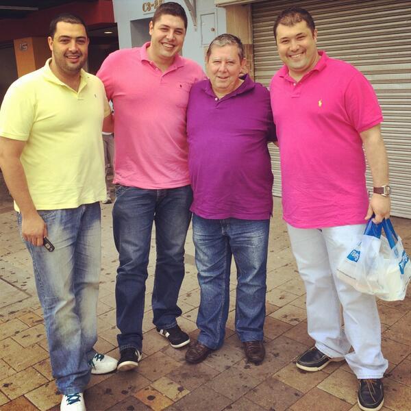 #LaFamilia todos con la misma camiseta. Jajajaja👍 http://t.co/clQnPKI9BK