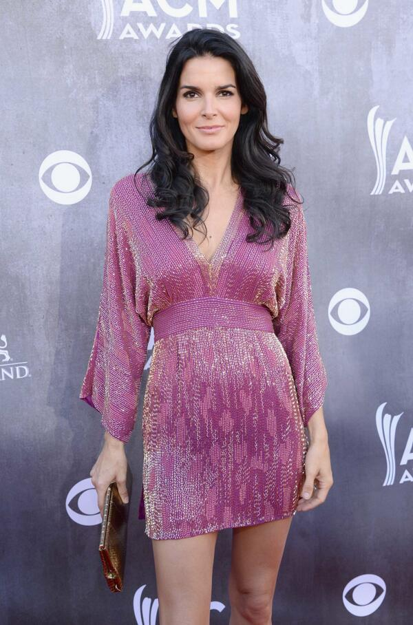 Loving this color on @Angie_Harmon http://t.co/roCFprVCNN