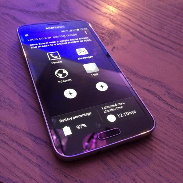 ชอบ Galaxy S5 ที่ Ultra Saving Mode คือถ้าแบตเหลือ 10% จะใช้ต่อได้ 24 ชม. (จอจะเป็นขาว-ดำเพื่อประหยัดแบต) #S5Review http://t.co/rJ4YNWc85g