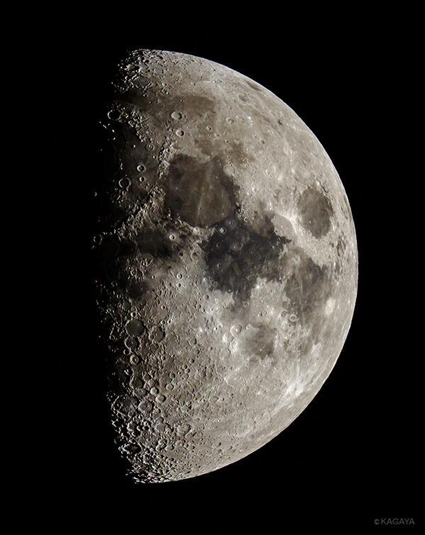 今撮影した月です。今夜の月はクレーターがとてもよく見えますので望遠鏡をお持ちの方はぜひ見てください。月の右にある木星に向けるのも忘れずに。 pic.twitter.com/LEyqU70xDy