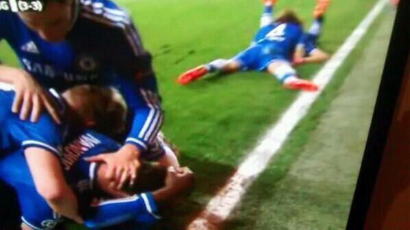 """Que haces David Luiz con Azpilicueta Jajajajjajajajja.  http://t.co/upHyJRLc6Y"""""""