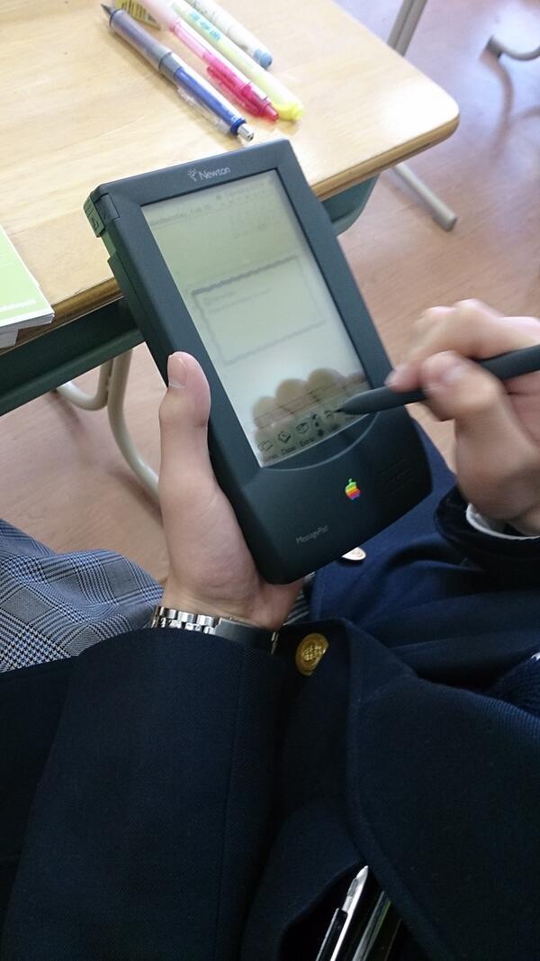 XPのサポートが切れましたが、ここで1993年発売のApple Newtonを見てみましょう(高校で使ってる奴がいた) http://t.co/Cy48VyAQTi