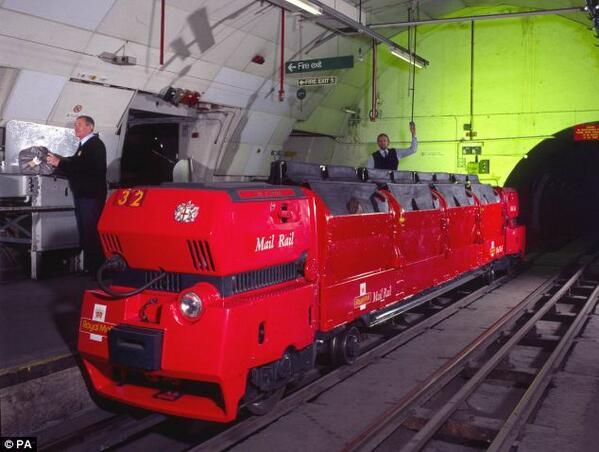 メールレール(Mail Rail)。ロンドンの地下鉄では無人列車による郵便輸送サービスを1927年から行っていたとのこと。この線路の幅は2フィートで比較的小型の車両が手紙や小包を輸送しつづけていた。ただ既に当サービスは廃止。