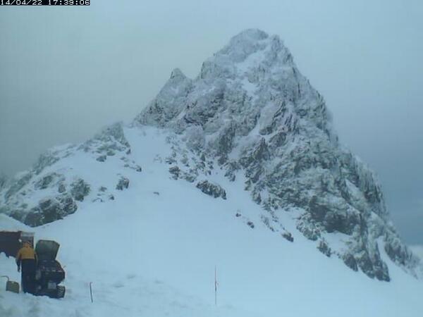 槍ヶ岳山荘の小屋開けが始まり、雪に覆われていたライブカメラが復活。http://t.co/trUcSGUDtA http://t.co/2QLo2FpP5d