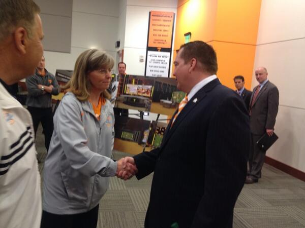 Time for @UTCoachTyndall to meet @ladyvol_sftball coaches @KarenWeekly & Ralph Weekly. http://t.co/5Gkz7X61nA