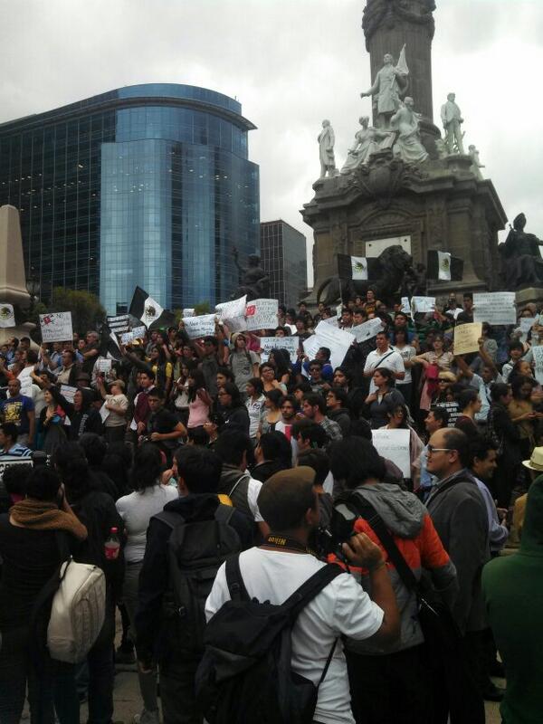 Así las cosas en el Ángel de la Independencia pidiendo libertad de expresión #tristeturno http://t.co/J168mVP8ke