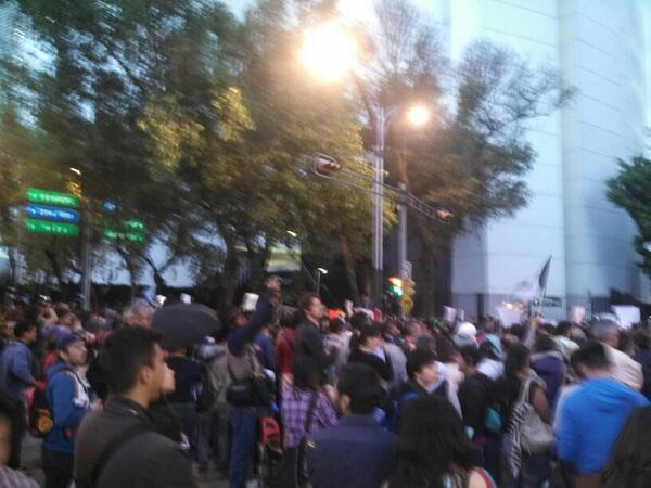 Más de 2 mil personas manifestándose afuera del Senado en contra de la censura propuesta en las leyes secundarias http://t.co/8Kka34mLR7