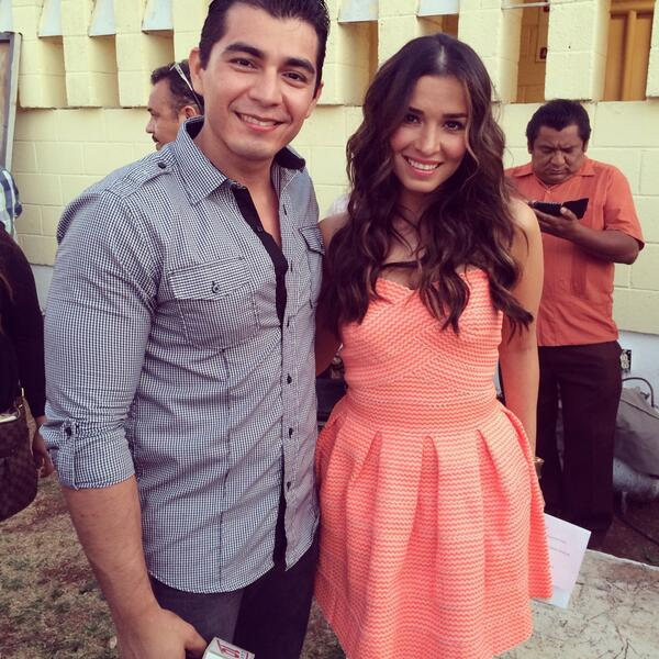 Con la guapísima chaparrita @LAURAGII en #VivanLosNiños en la inalámbrica mañana mismo show gratis 6pm http://t.co/wJl5XFpk6P