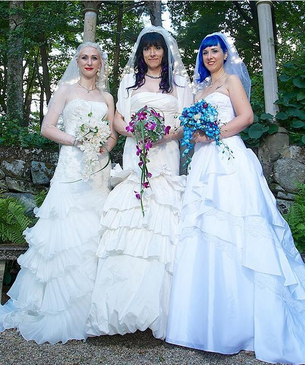 """1er """"mariage"""" de 3 lesbiennes, """"trouple"""" aux Etats-Unis... et elles veulent un gosse ! http://t.co/JGFXaLF4FL http://t.co/XtDSOWa9up"""