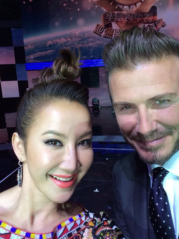 """Just received award for """"Best international mandarin artist of the yr"""" from guest?! Here's a selfie of the presenter http://t.co/Oa8bjVcZBy"""