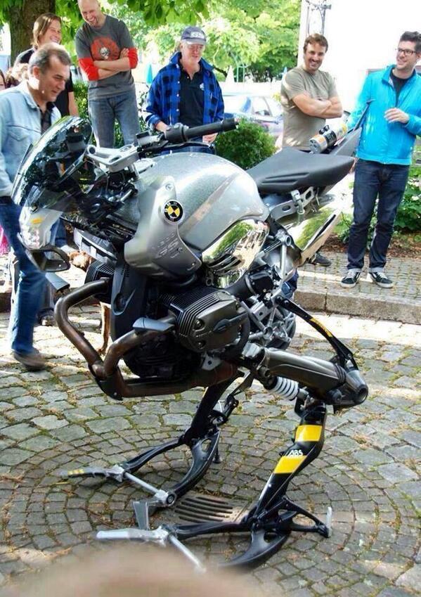 ケロロ軍曹のバイクをメンテスタンドにかけたらこんな感じ!(*´▽`*)ノきっと! QT @uraike: (・Д・)ノ チョーカッコイー! QT @nureru_nureru: BMWが自立型二輪車「メタルギア」を製作 pic.twitter.com/BQ3tIqwa5u