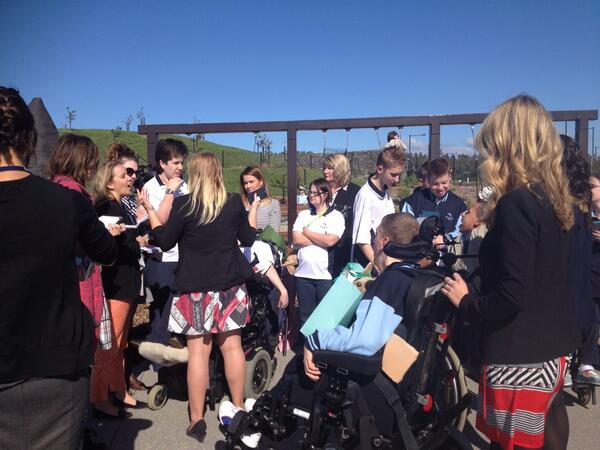 Students from Black Mtn school ready to meet the Duke and Duchess at the #nationalarboretum #Canberra http://t.co/Bqv4eYFBJ9