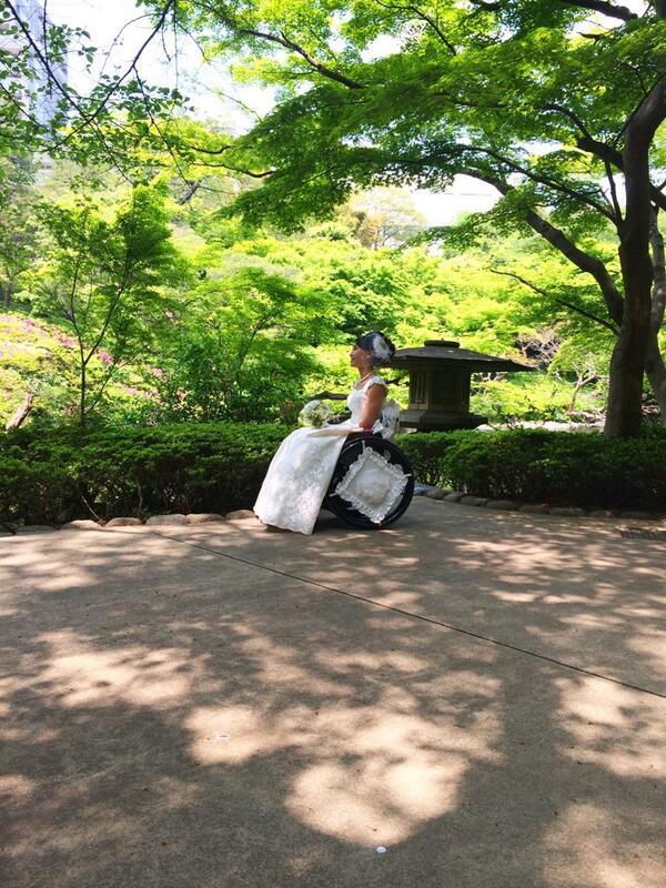 八芳園は車いすガールズの結婚式を応援しているそう。ドレスは車いすでも脱ぎ着しやすいよう考え抜かれた、専用デザイン。自分の車いすを、ドレスに合わせた白いカバーで覆えるので安心です。こういう体制が全国に広まりますように! pic.twitter.com/PXg1rhdABr