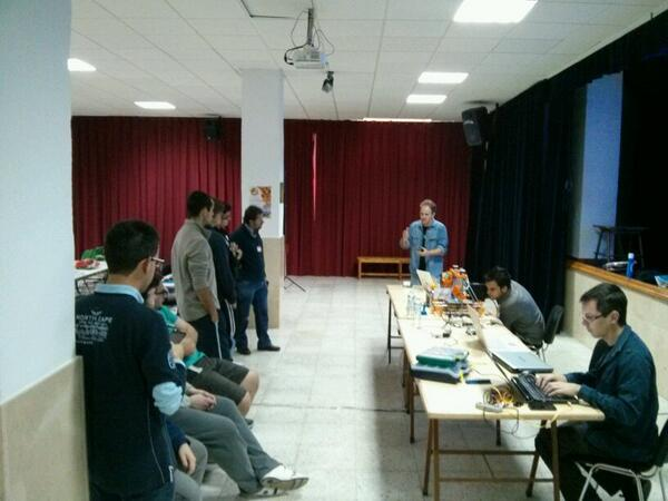 .@outecran introduce Arduino en la #AblaLanParty http://t.co/WtYAF61Tkj