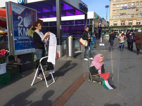 في مدينة لوزان السويسرية ، بمناسبة يوم السجين امرأة تقرأ اسماء المساجين الفلسطينين في السجون الاسرائيلية !! http://t.co/CbosJvvFvP