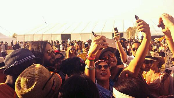 @JaredLeto is super classy, taking #selfies with his fans. #Coachella2014 #coachellacelebrities http://t.co/0vXqfRI6yi