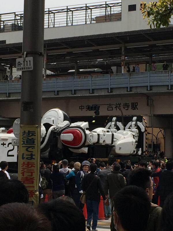 吉祥寺えげつねー人じゃー。ロボット来てるからなー。 http://t.co/AO0pQtFhn9