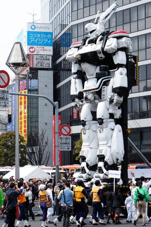 Hubo cosplayeros en la llegada del mecha en Tokio.