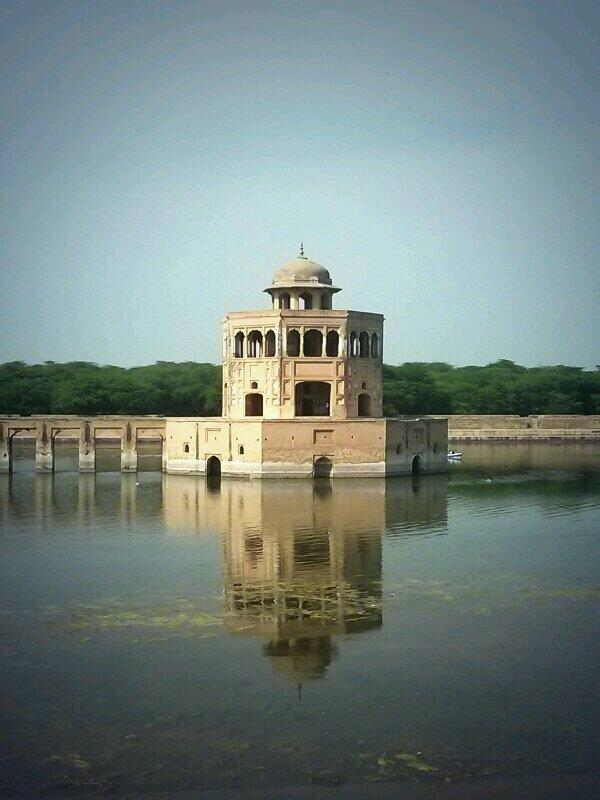 The lake at Hiran Minar is half full of algae. Why isn't it cleaned? #heritage http://t.co/1606KXP0CO