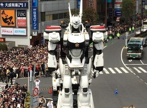 Patlabor de 8 metros paseando por Tokio #onlyinjapan http://t.co/jr2GFkNzPA http://t.co/20HLnkeFU5