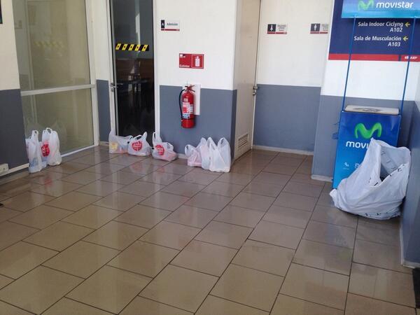 Ya estamos recibiendo su ayuda !!!! #fuerzavalparaiso en Alvares 860 viña del mar !!! @aiep http://t.co/ny4eXBFBzS