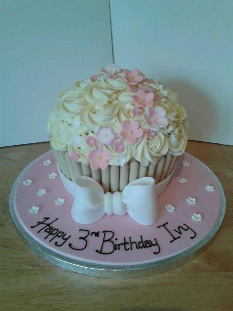 Giant cupcake x please RT x http://t.co/Lio50PZogc