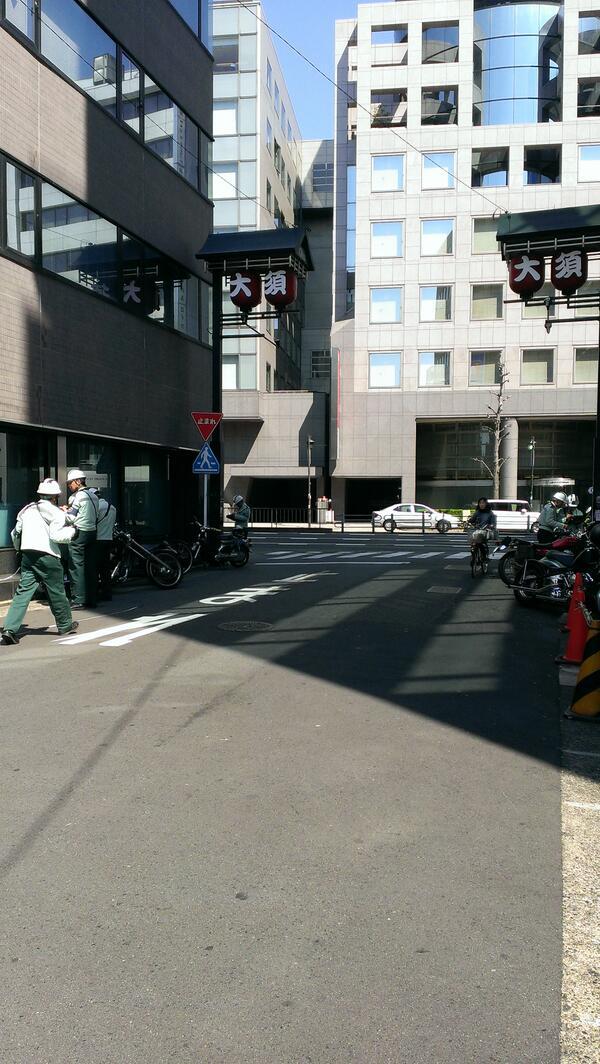 大須のふれあい広場を東に行ったとこに駐輪してるバイクが、みんな駐禁のシール貼られてるなう!Σ( ̄□ ̄;) #大須 http://t.co/OjI4EBLCS4