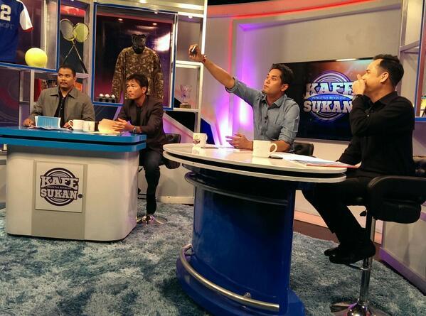 .@rizalhashim801: Ada monopod selfie ke YB? @Khairykj:Tak, saya ada tangan. http://t.co/yk6gN5VgGL