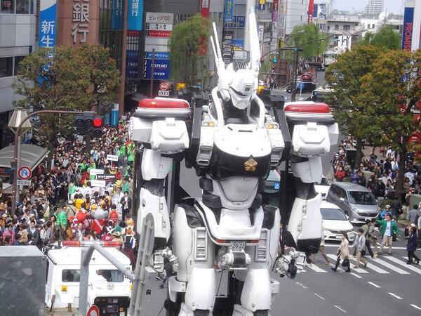 4月13日の吉祥寺駅南北自由通路完成記念パレード&イベントで、駅北口に登場した機動警察パトレイバー(全長約8メートル)の写真です。 http://t.co/YyjQZYoudx http://t.co/4fReHqqTOy http://t.co/Sw3mEB0EPq