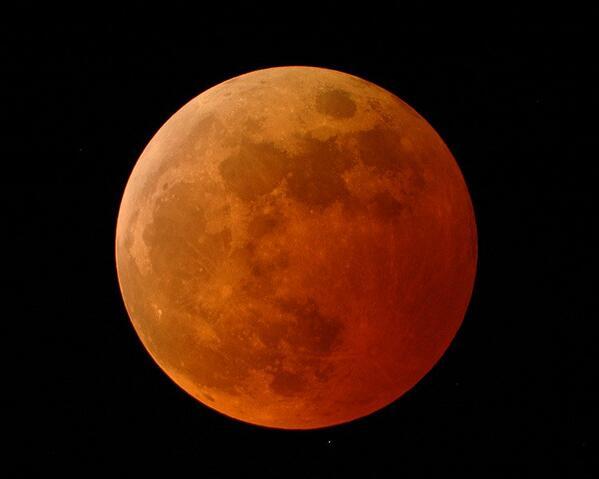 Per seguire l'eclissi di luna via web RT @esaoperations: @NASASolarSystem #eclipse http://t.co/ku7cI98GWn  http://t.co/CLmtDt69eG