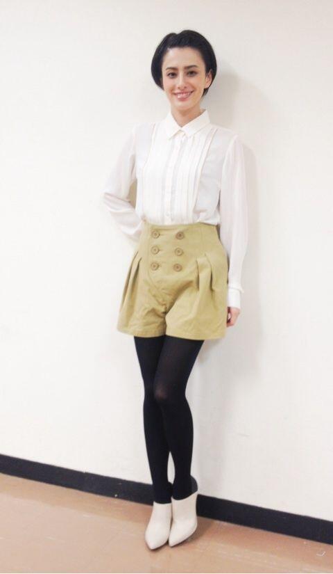 キュートな服装のホラン千秋