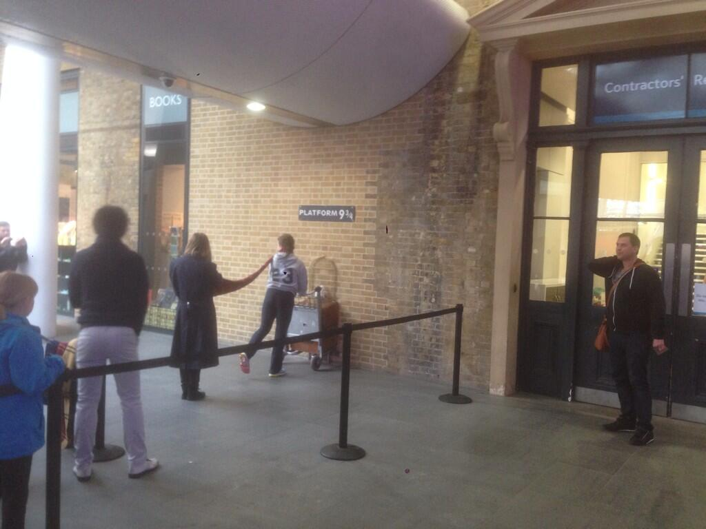 RT @Chris_Stark: So @scott_mills wanted to ruin everyone's photos at the Harry Potter platform at Kings Cross. Sorry if this is you! http:/…
