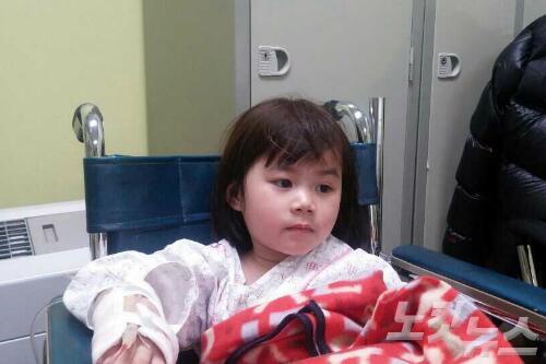 진도 여객선에서 6살 권지영 어린이가 구조됐습니다. 그런데 지영이의 연고자를 찾지 못하고 있다는 안타까운 소식입니다. 지영이를 아시는 분은 목포 한국병원으로 연락 바랍니다. ☎061-270-5666 무한알티! http://t.co/se5q3kF8Gz