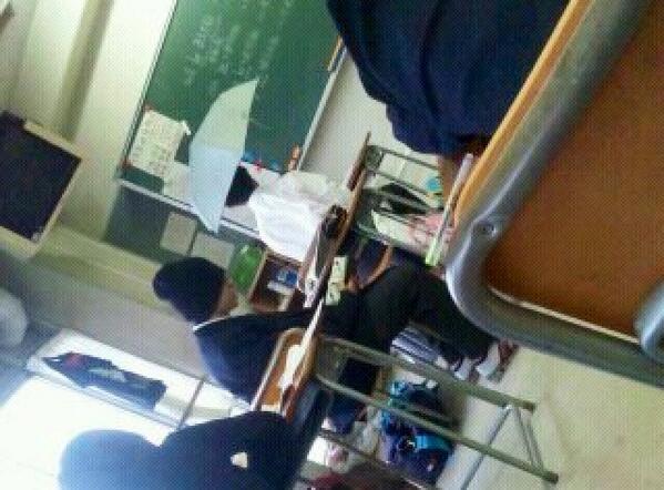 入学してすぐのある雨の日突然傘をさした画像が出てきたwwwwwあのときの自分は病んでたのかな笑笑☆ pic.twitter.com/IPUYhwayNd