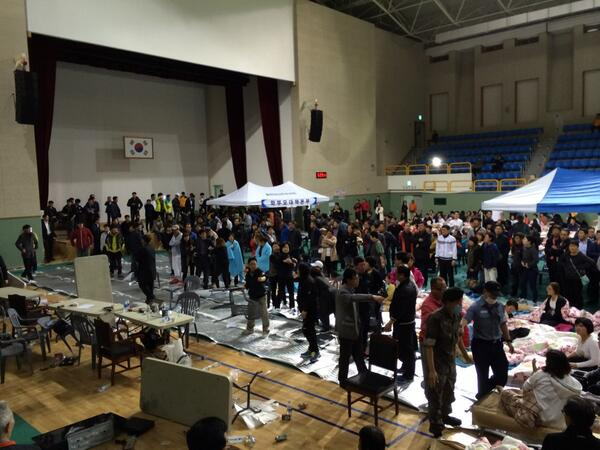 So much anger in Jindo Island's gymnasium. Families anxious and unhappy. It's a race against time. #ferrydisaster http://t.co/jebs96n2Rm
