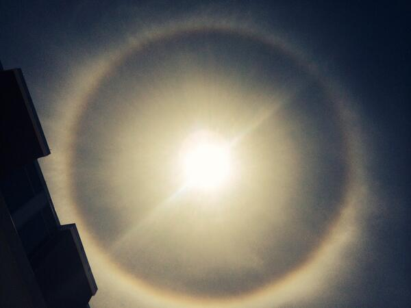 There's a halo around the sun! #theendoftheearth #tampa http://t.co/2UQTENThI1