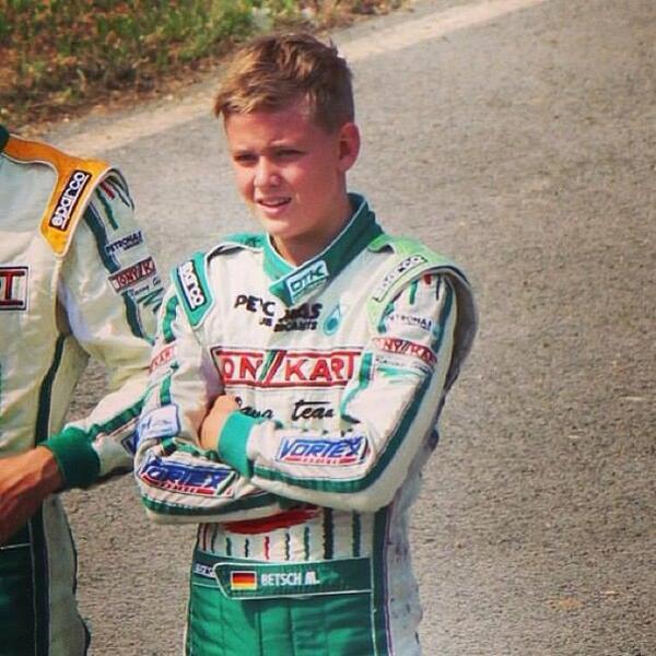 Mientras Schumacher lucha por recuperarse su hijo Mick logró su primer podio internacional en Karts y se lo dedicó. http://t.co/vNWE4FZoJS