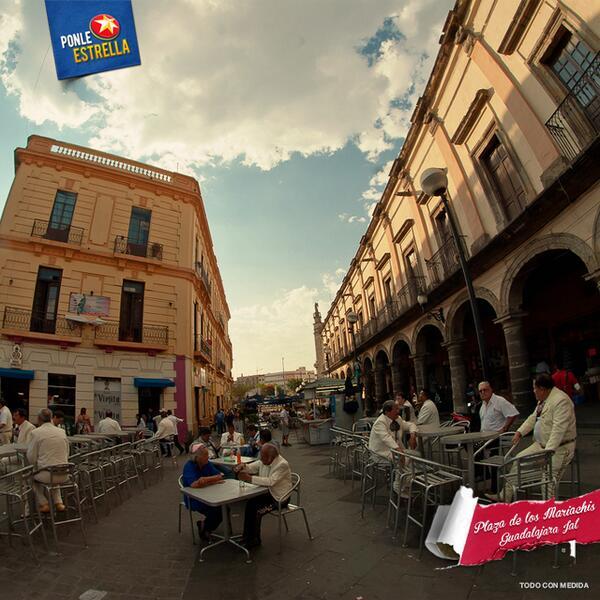 Gozándola rico en la #PlazaDeLosMariachis. ¿Quién anda por aquí? http://t.co/ruuWBYastS