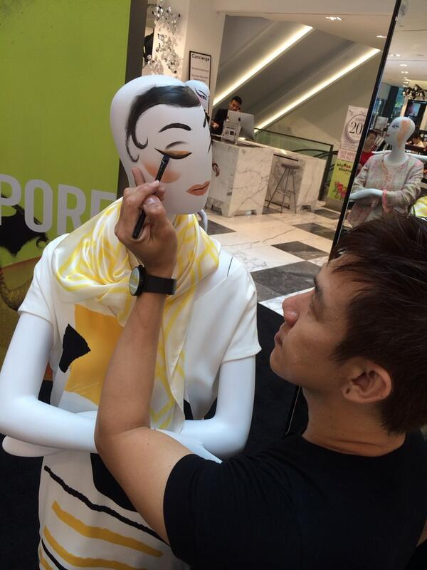 Even the mannequin needs MAC makeup to brighten their day! http://t.co/C6UlZ4Y6Yf